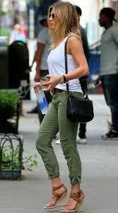 vit linne med armégröna byxor med manschetter och kilsandaler