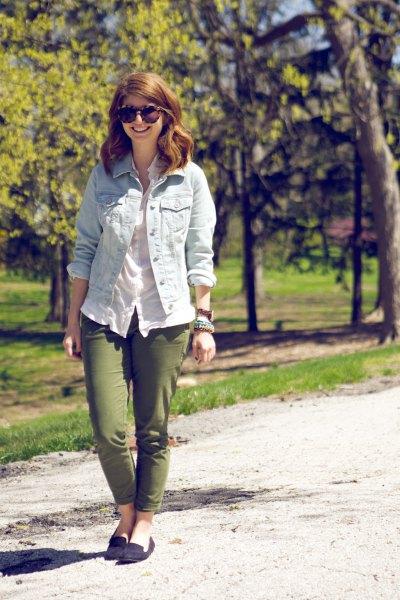 Ljusblå jeansjacka med vit linneblus och gröna slim fit-byxor