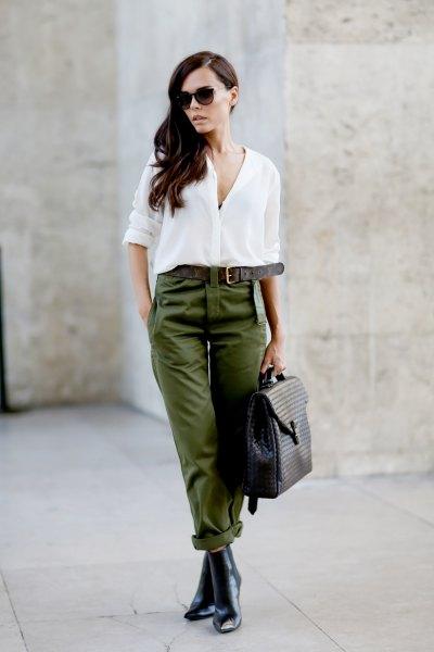 vit chiffongblus med knappstängning, byxor med grönt bälte och Chelsea-stövlar