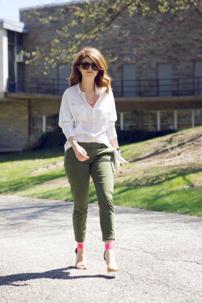 vit blus med knappar och armégröna fotledsbyxor