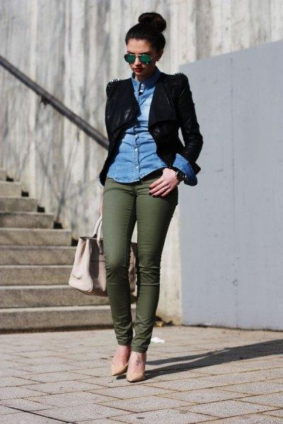 blå chambray-skjorta med svart kavaj och armégröna chinos