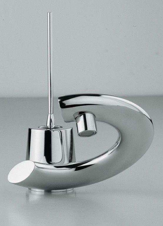 Moderna badrumsblandare med böjda spakar    Modernt badrum.