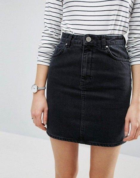 randig långärmad T-shirt med en svart midikjol i hög midja