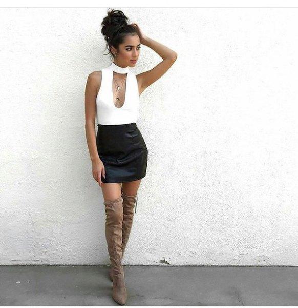 vit, lågklippt, ärmlös topp med chokerringning och svart minikjol