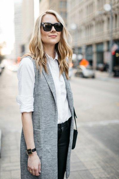 vit skjorta med knappar och grå fläckig långremsväst