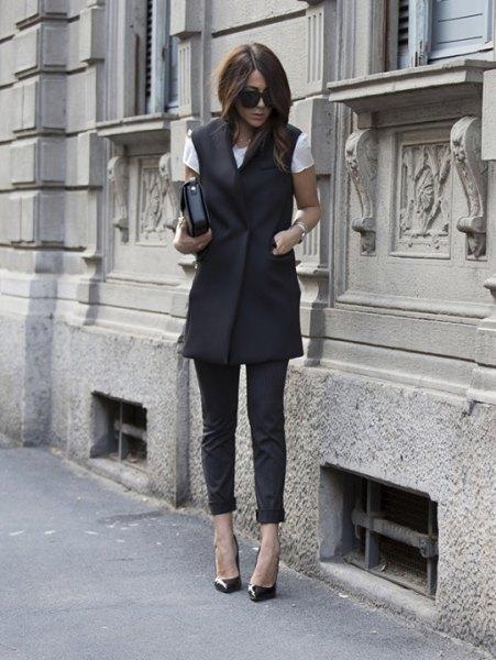 svart lång väst med vit T-shirt och korta damaskar i läder