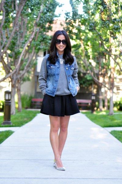 blå denimväst med grå tröja och svart skaterkjol