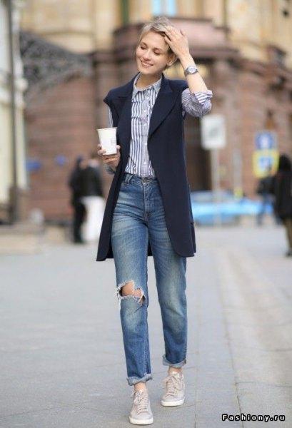 svart väst med blå och vit vertikal randig skjorta och pojkvänjeans