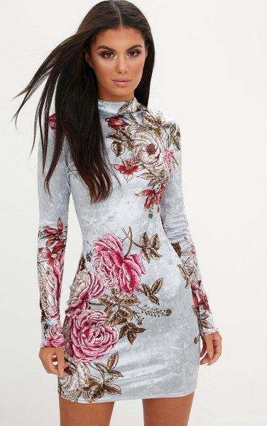 vit, långärmad, figur-kramande klänning i blommig sammet