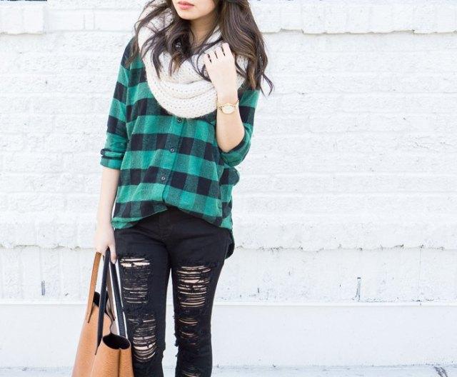 grågrön rutig pojkvänströja med förstörda svarta jeans