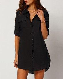 svart, avslappnad skjorta med smala jeans och oxfordskor