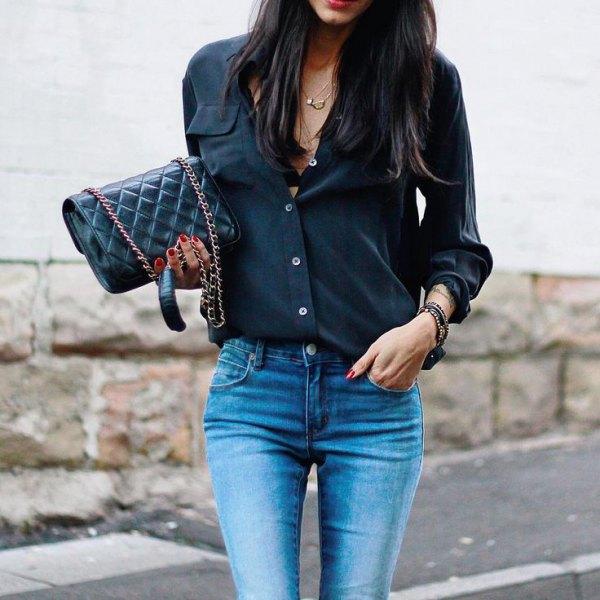 svart smal skjorta med knappar och ljusblå skinny jeans