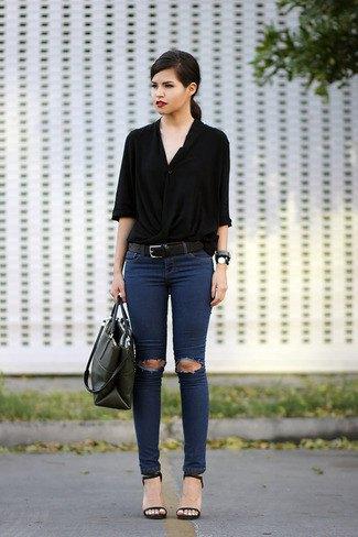 svart knappskjortad skjorta med halva ärmar och rippade mörkblå skinny jeans