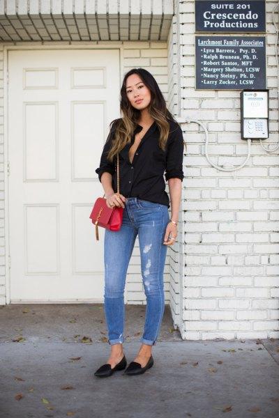 svart chiffongknappad skjorta med matchande smala jeans med bälte