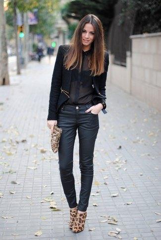 Chiffongskjorta med svart kavaj och smala jeans med mörkblå beläggning
