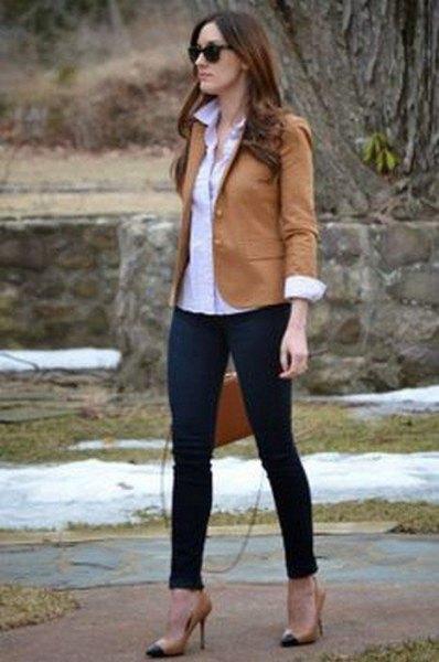 brun kavaj med svarta jeans och rodnande rosa höga klackar