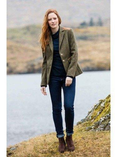 Tweed-kavaj med svart blus och mörkblå jeans med muddar