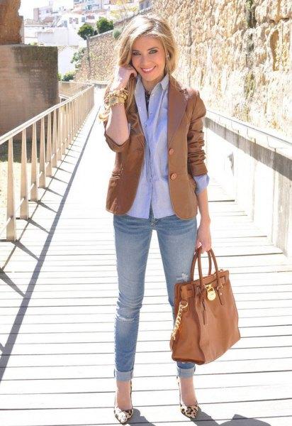 brun kavaj med ljusblå skjorta med knappar och jeans med manschetter