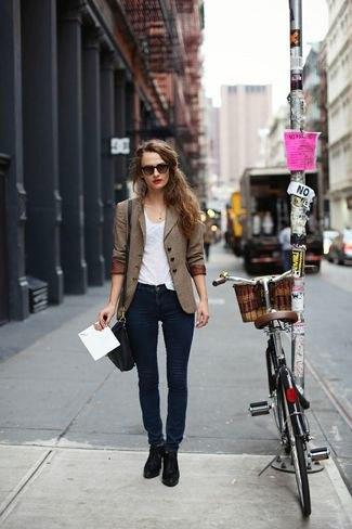 brun dubbelbredd kostym med mörkblå skinny jeans