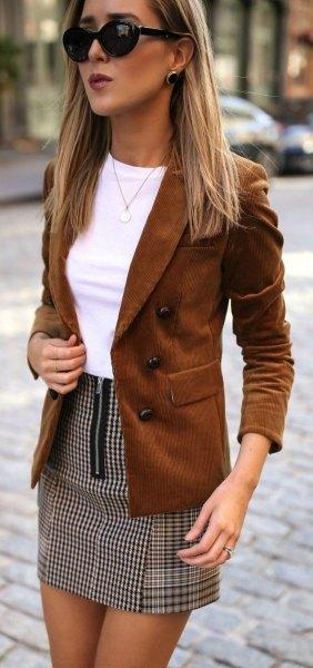 brun mockablazer med vit topp och rutig minikjol