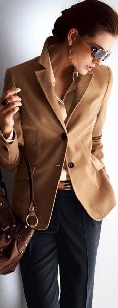 ljusgul skjorta med brun kavaj och svarta chinos