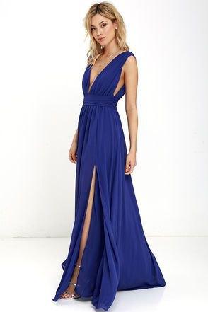 ärmlös, djupt slitsad klänning med en djup V-ringning och en utsvängd klänning