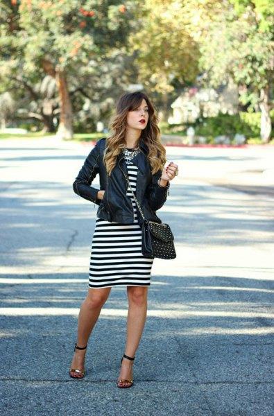 svart läderjacka svart och vit randig klänning
