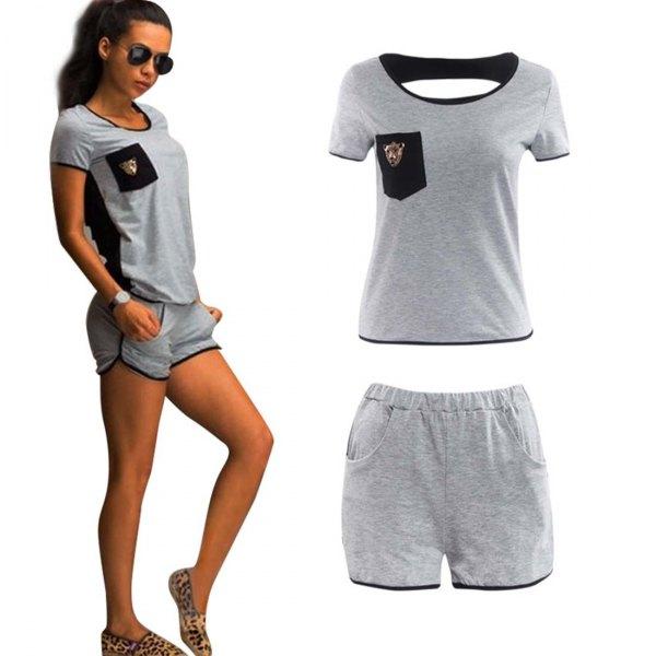 grå t-shirt med minisvetsshorts och tofflor med leopardtryck