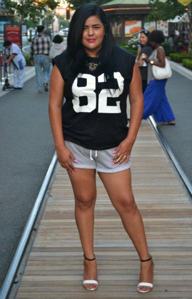 svart tryckt ärmlös t-shirt med mini grå svett shorts