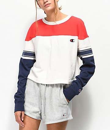 röd, vit och mörkblå sweatshirt med färggrå shorts
