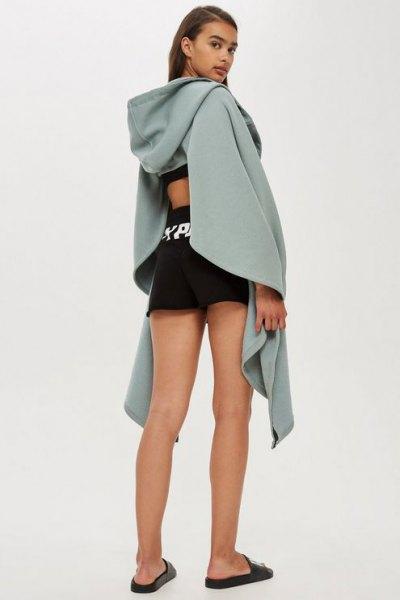 grå draperad huvtröja med utskuren rygg och svarta mini-shorts