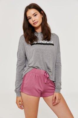 grå grafisk tröja med rodnande rosa svettshorts med hög midja