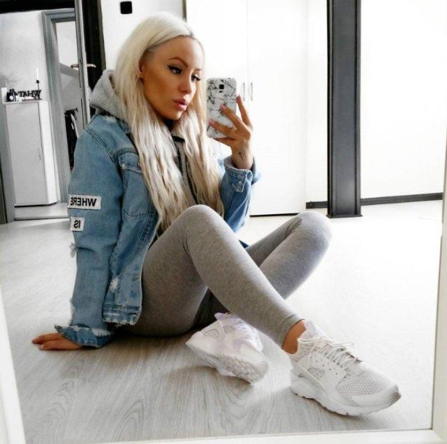 blå jeansjacka med ljusgrå leggings och löparskor