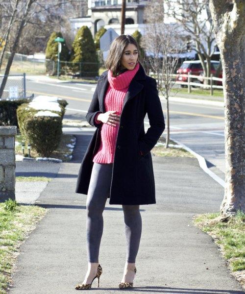 svart ullrock med röd ribbad tröja och grå leggings