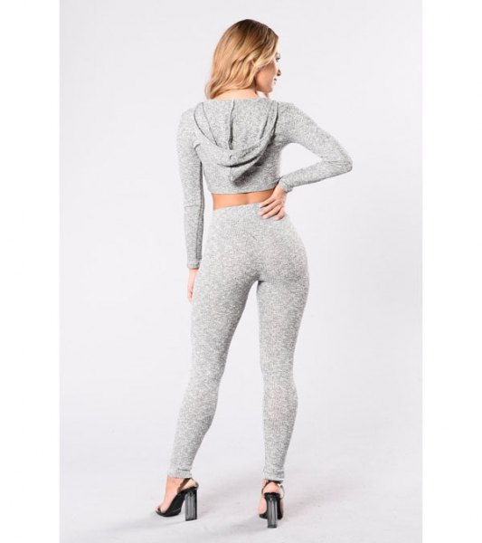 grå beskuren huvtröja med matchande leggings och hög midja