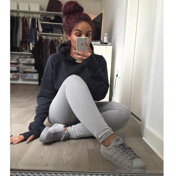 svart huvtröja med ljusgrå leggings och vita sneakers