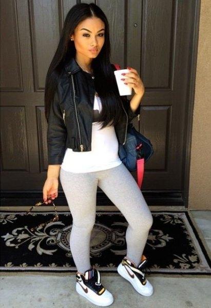 svart skinnjacka med vit tunika-t-shirt och leggings