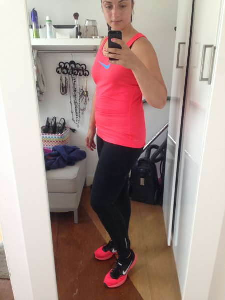 rosa linne med svarta löpande leggings och sneakers