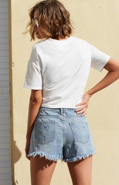 vit t-shirt med ljusblå denimskort