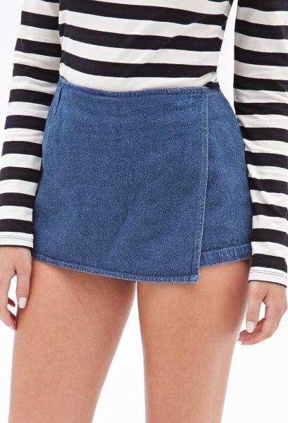 svartvit randig långärmad T-shirt med blå mini-jeansskort