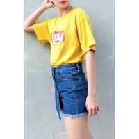 T-shirt med gult tryck och blå skort