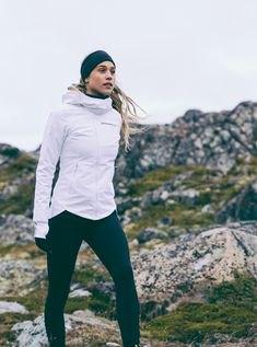 vit tröja sportjacka med svart pannband och löpande shorts