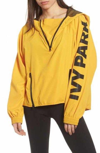 gul vindjacka med tröja och svarta löparshorts