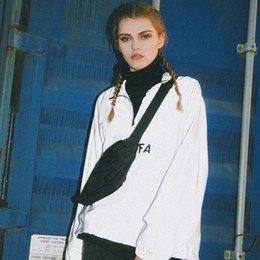 vit casual jacka med svart mock-neck tröja och jeans