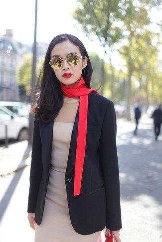 svart kavaj med en tunn gyllene halsduk och en ljusrosa mini-chiffongklänning