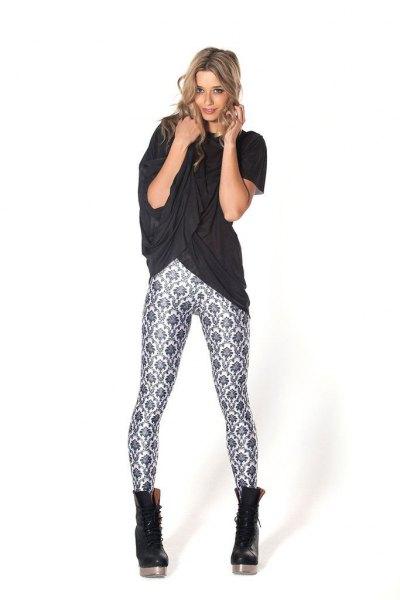 svart överdimensionerad t-shirt med blommiga leggings och läderstövlar