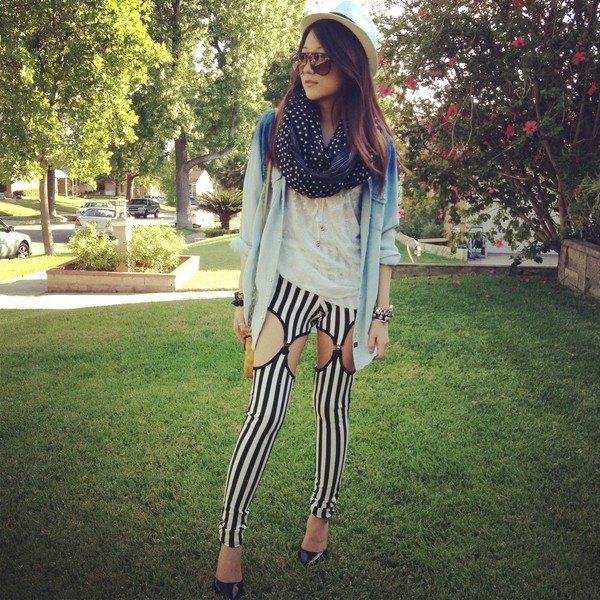 blå jeansjacka med svartvita vertikala randiga leggings