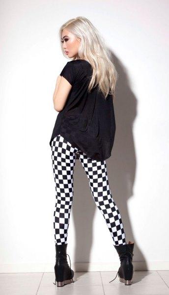 svart t-shirt med rutiga leggings och fotkängor