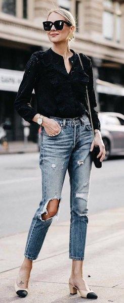 svart mini-blus med V-ringning och rippade, smala skuren jeans