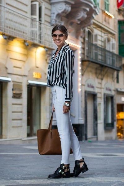 svart och ljusgrå randig skjorta med knappar och vita skinny jeans